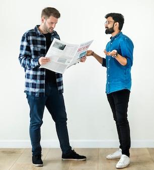 Hommes lisant journal isolé sur fond blanc