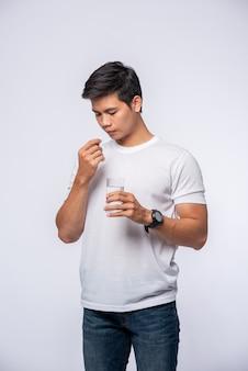 Hommes malades et sur le point de prendre des antibiotiques