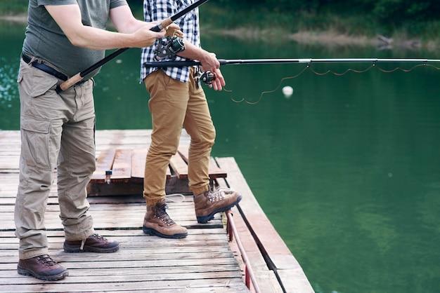 Hommes méconnaissables avec la pêche à la canne à pêche