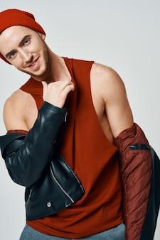 Hommes mignons de mode dans la veste en cuir de chapeau rouge posant le style moderne
