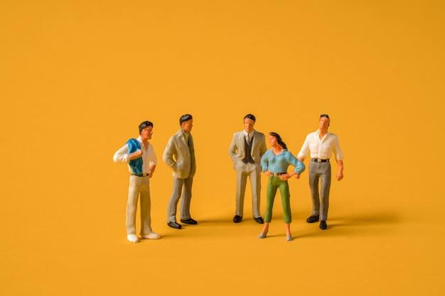 Hommes miniatures contre les femmes au travail