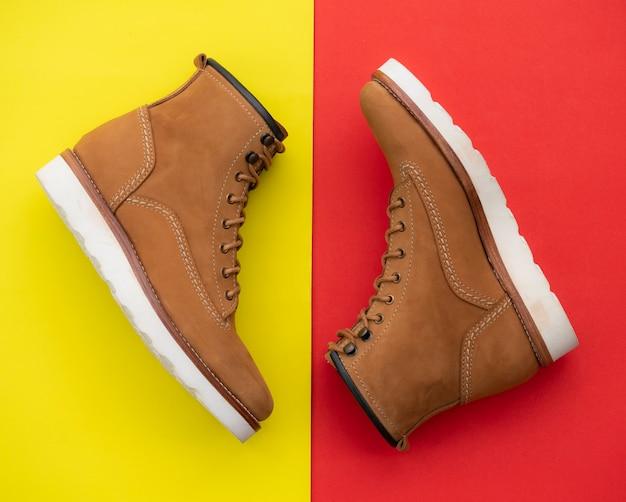 Hommes mode bottes marron avec cuir nubuck isolé