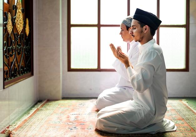 Hommes musulmans faisant dua à allah