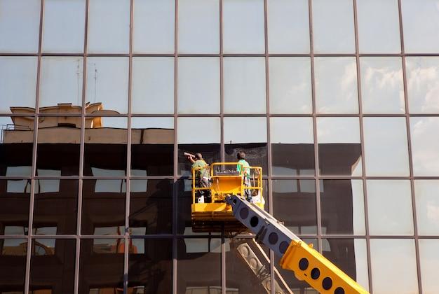 Hommes nettoyant les vitres