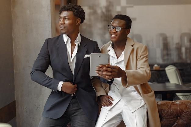 Les hommes noirs dans un café ont une entreprise