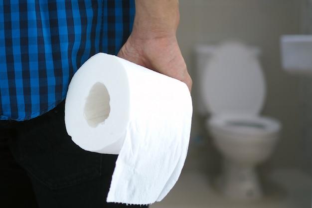 Les hommes ont des douleurs abdominales.