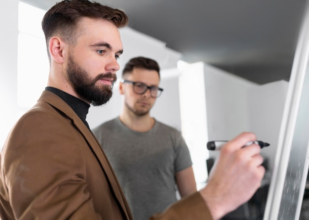 Hommes parlant d'un projet de travail