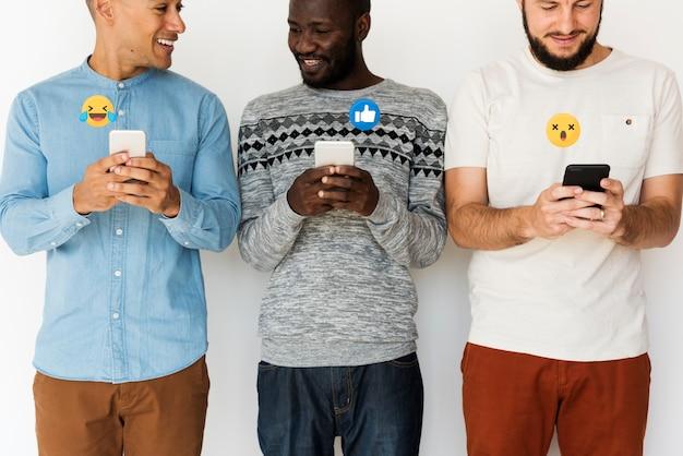 Hommes partageant du contenu viral