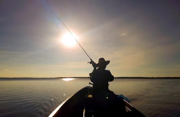Les hommes pêchent dans le marais.
