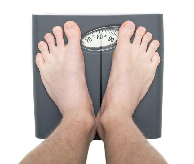 Hommes sur le pèse-personne