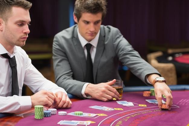 Hommes plaçant des paris au jeu de poker