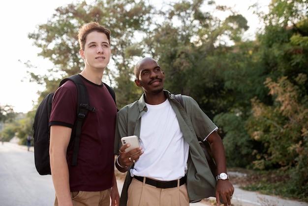 Hommes de plan moyen voyageant ensemble