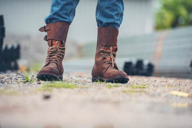 Les hommes portent des chaussures de sécurité de bottes de construction pour le travailleur sur le chantier de construction