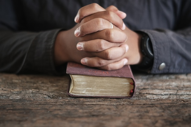 Les hommes prient.
