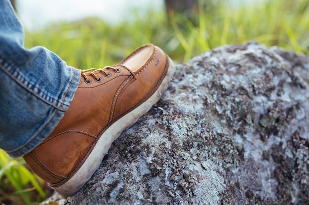 Des hommes qui ont marché sur les rochers et qui sont prêts à voyager.