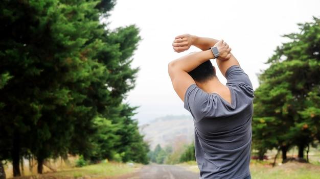 Les hommes réchauffent son corps préparer l'exercice.