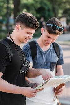 Hommes regardant la carte de la ville sur la rue