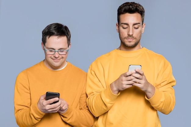 Hommes regardant sur leurs téléphones