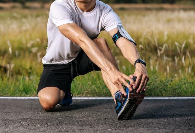 Les hommes s'échauffent avant et après l'exercice
