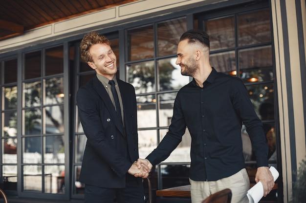 Les hommes se serrent la main. annexe d'un accord commercial. compréhension entre partenaires commerciaux.
