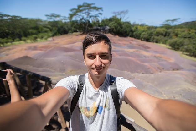 Hommes selfies en arrière-plan chamarel à l'ile maurice