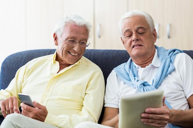 Hommes seniors utilisant la technologie
