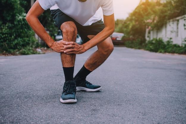 Hommes souffrant de douleurs au genou en faisant du jogging