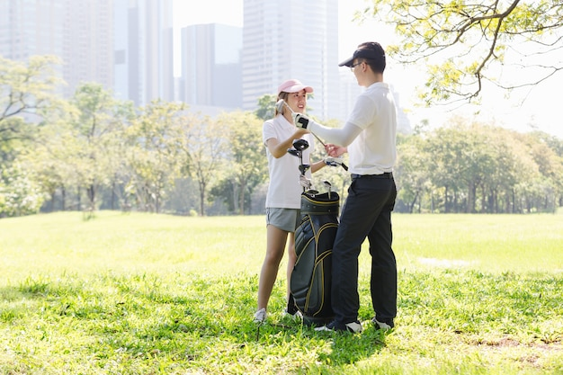 Hommes de sport golf couple