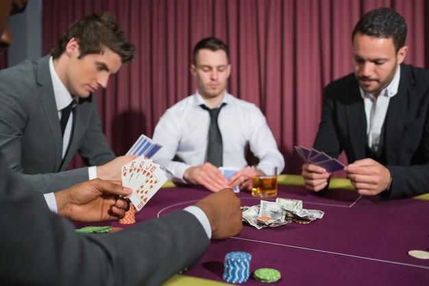Hommes à la table de poker