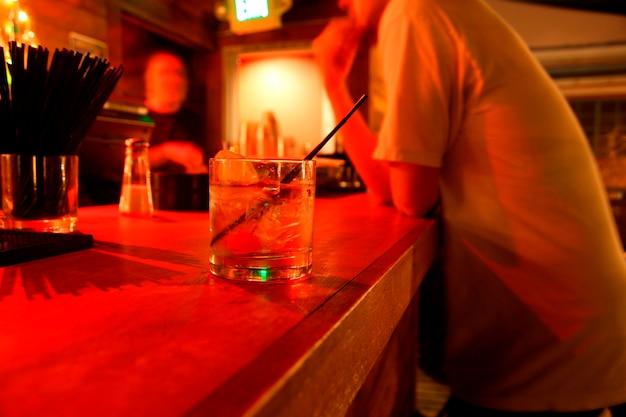 Hommes, table, verre, pub