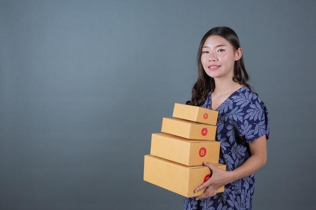 Hommes tenant des boîtes aux lettres marron