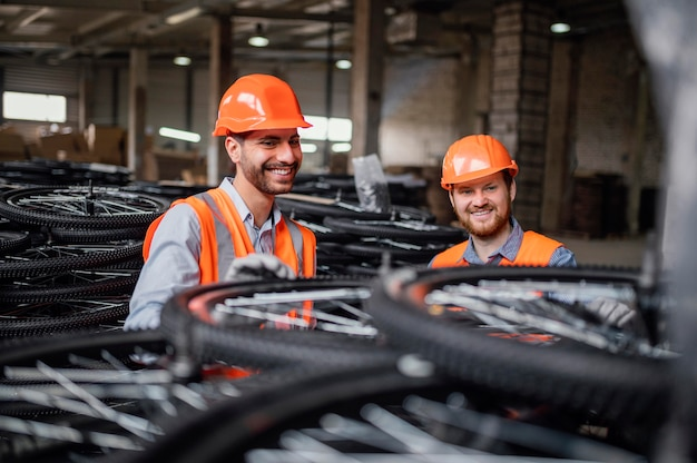 Les hommes travaillant à côté d'un tas de roues