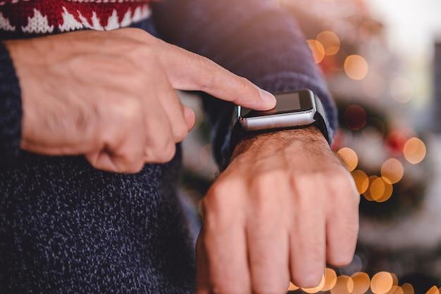 Hommes utilisant la montre intelligente