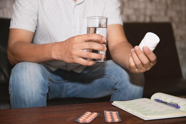 Les hommes vont prendre des médicaments.