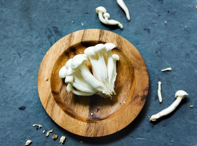 Hon shimeji champignons sur plaque de bois