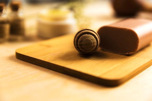 Honey dipper et savon aux herbes sur planche de bois