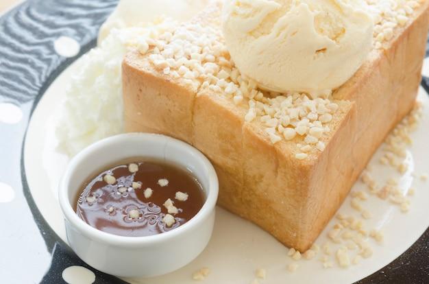 Honey toast, composé de pain garni de miel et de crème glacée