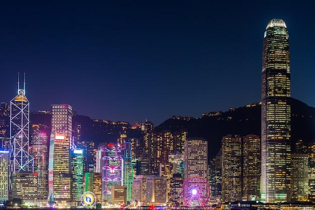 Hong kong dans la nuit à victoria habour.