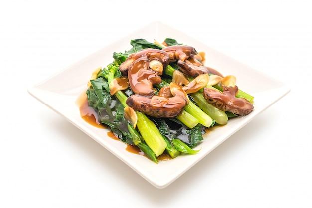 Hong kong kale sauté dans une sauce d'huîtres à l'ail