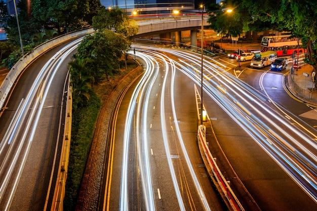 Hongkong construction urbaine et véhicules routiers, vue de nuit
