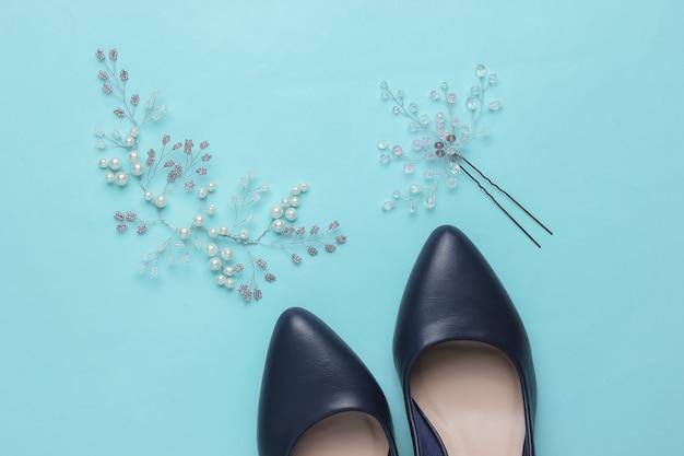 Honoraires du jour du mariage de la mariée décoration dans les cheveux de la mariée chaussures à talons hauts