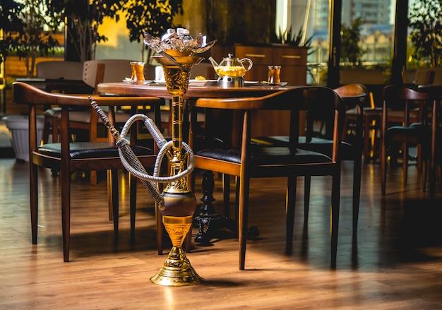 Hookan par la vue de côté de la table