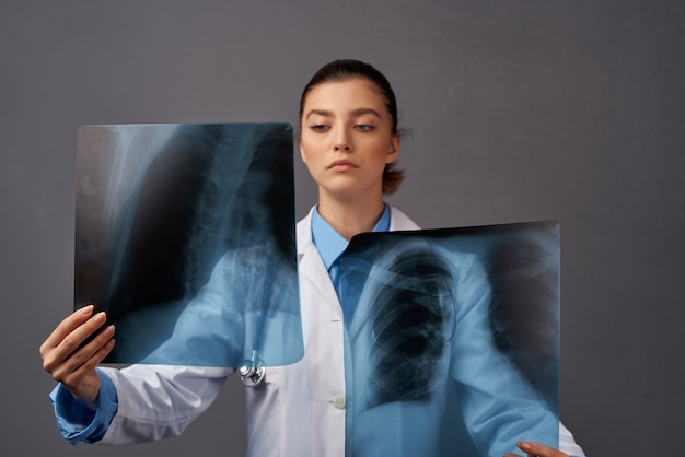 Hôpital de recherche de radiographie de la blouse blanche femme médecin