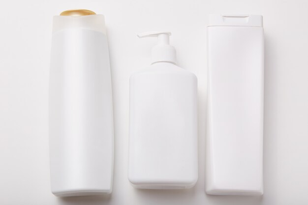 Horiontal tourné de bouteilles en plastique avec des produits de beauté
