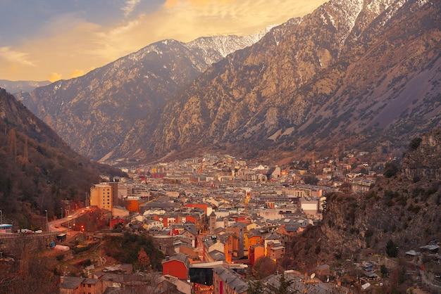 Horizon d'andorre-la-vieille au coucher du soleil