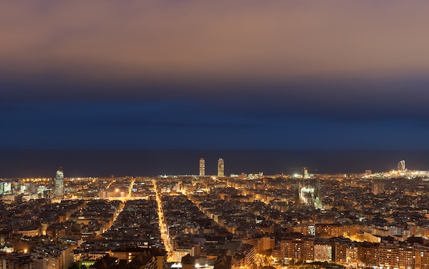 Horizon de barcelone dans la nuit, catalogne, espagne