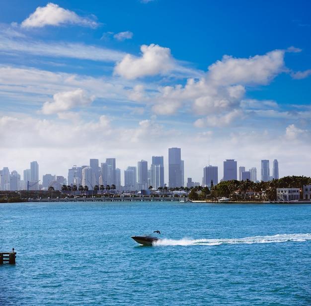 Horizon brumeux du centre-ville de miami beach