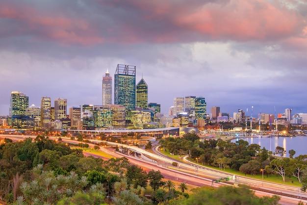 Horizon du centre de perth en australie au crépuscule