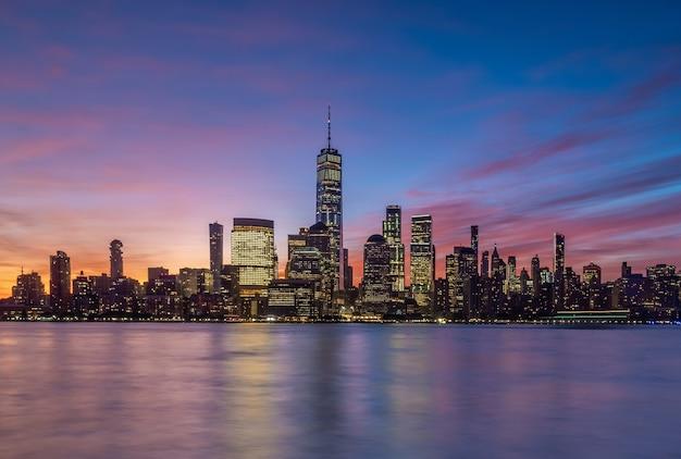 Horizon du centre-ville de new york au coucher du soleil - beau paysage urbain aux etats-unis