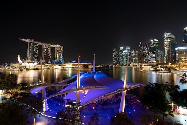 Horizon du quartier des affaires de singapour dans la nuit à marina bay, singapour.